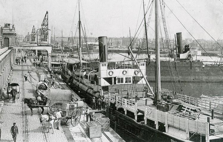 Puerto de Barcelona. Ca. 1906-1912. El vapor DIANA con el puente ya modificado. Foto del libro ¿España Neutral La Marina Mercante Española en la I Guerra Mundial.jpg