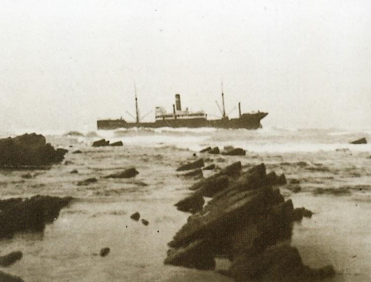 El vapor MARQUES DE CAMPO varado. Foto del libro HISTORIA DE LA FLOTA.jpg