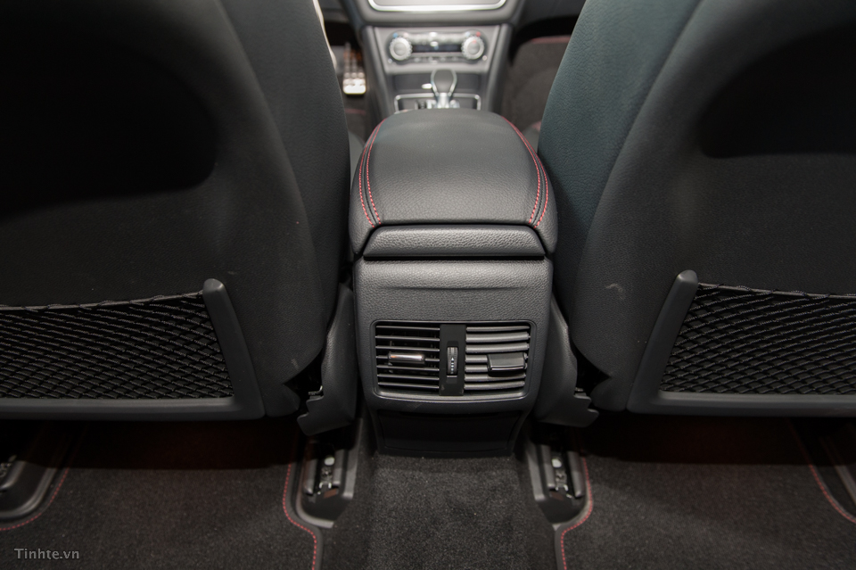 Nội thất xe Mercedes Benz GLA45 AMG 4Matic màu trắng 07