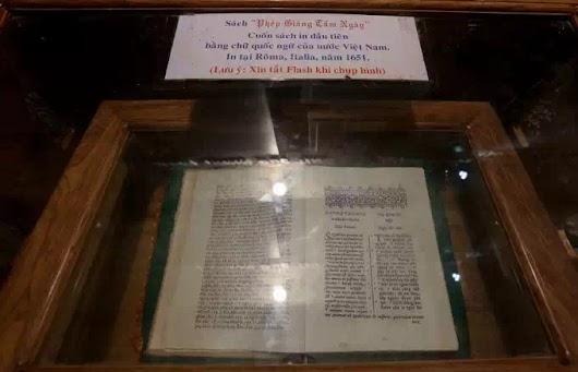 """Bìa và một trang của quyển giáo lý """"Phép giảng tám ngày""""."""
