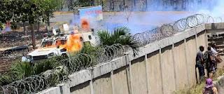 Xe thiết giáp của chế độ Nicolas Maduro bị ăn bom xăng.