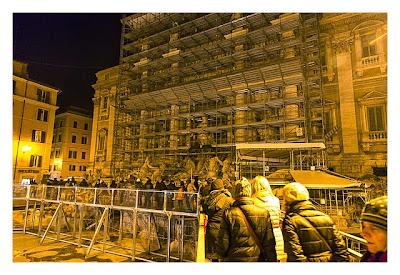 Rom: Geocaching über Silvester - eingerüsteter Trevi-Brunnen