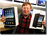 Consumista mostrando un producto que considerará obsoleto un año después