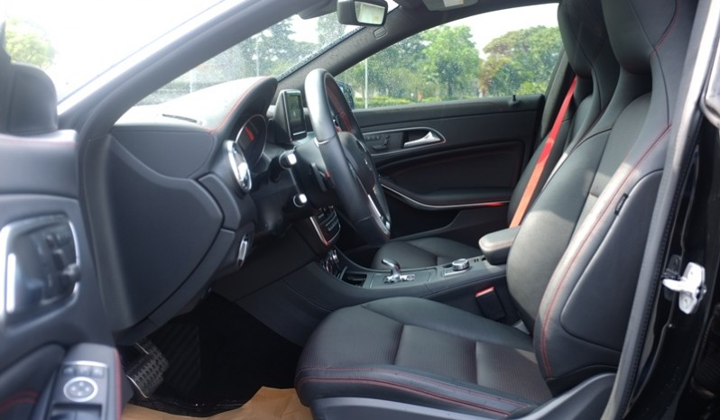 Nội thất xe Mercedes Benz CLA45 AMG cũ 2014 06
