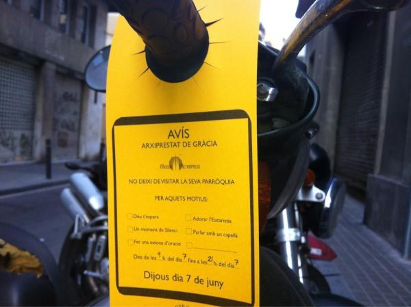 """L'Arxiprestat de Gràcia inunda les motos amb uns 'flyers' que animen a """"adorar l'eucaristia"""""""