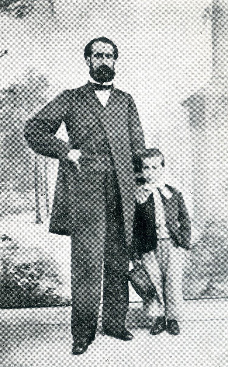 D. Valentin Lesmes Lavin del Campo y de la Cosa. En la foto con su hijo Gonzalo. Del libro CAPITANES DE CANTABRIA.jpg
