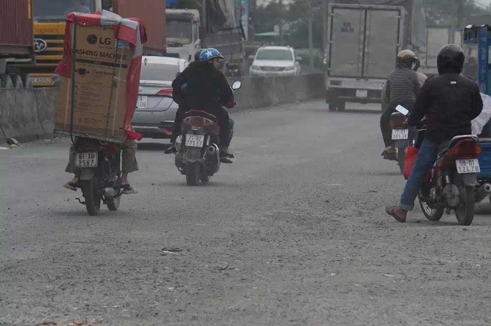 Đoạn đường nơi xảy ra vụ tai nạn xe container cán chết người có mặt đường hư hỏng