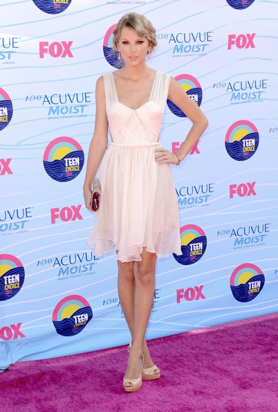 Taylor Swift arrives at the 2012 Teen Choice Awards