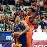 Andrei Mandache incearca sa treaca de David Jansen in meciul de calificare la Eurobasket Slovenia 2013, dintre Romania si Olanda disputat in Sala Transilvania din Sibiu, miercuri 15 august 2012.