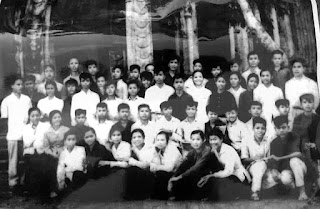 Trần Mạnh Hảo chụp chung với các bạn học Lớp 7 thời cấp 2 Nghĩa Hòa, Nghĩa Hưng, Nam Định năm 1963