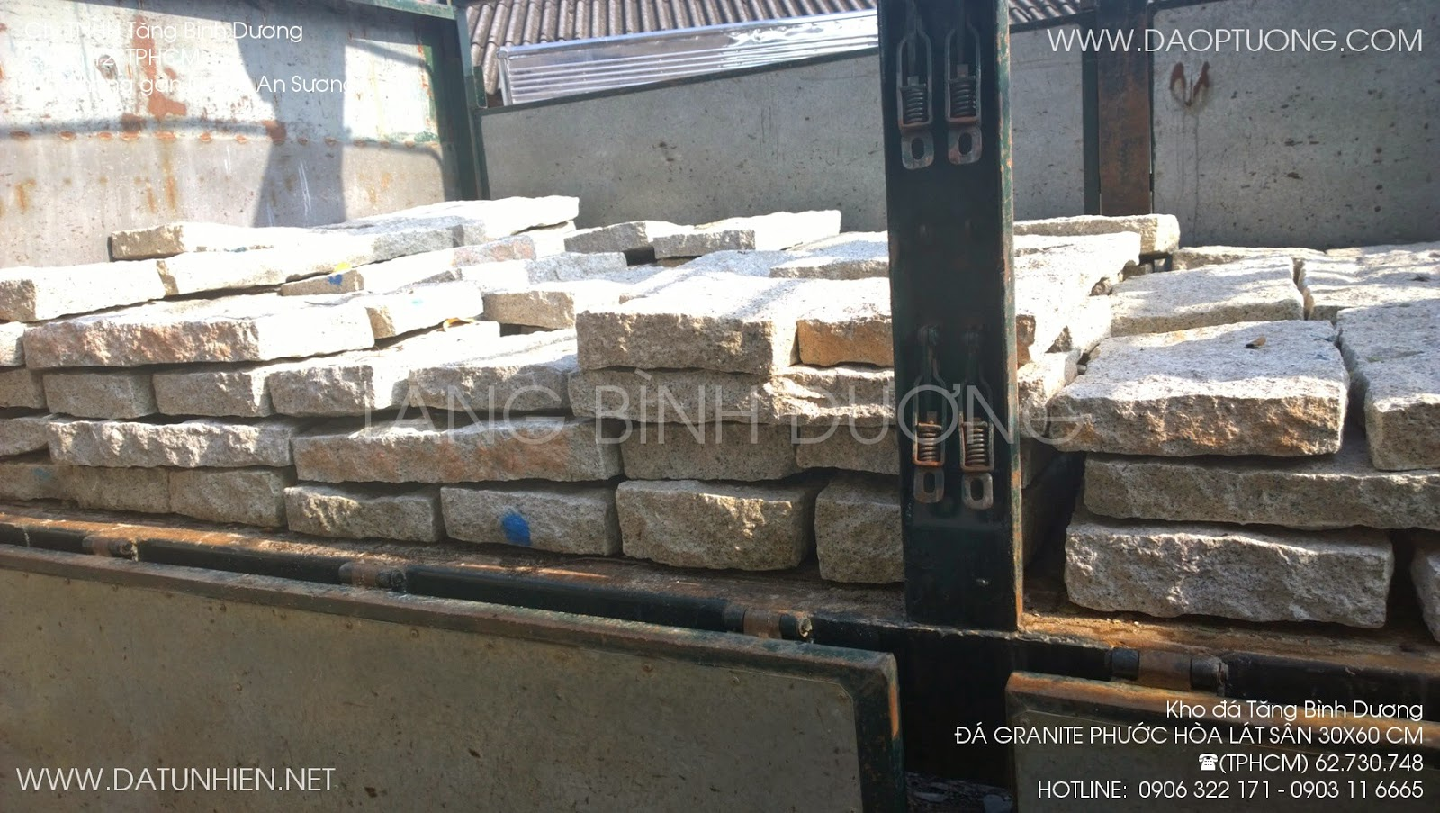 Xe tải bỏ đá Phước Hòa lát sân 30x60 cm
