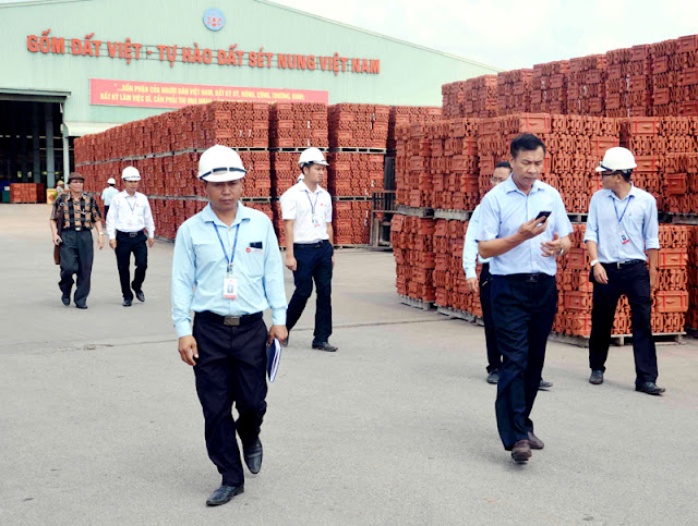 Ông Nguyễn Quang Mâu làm việc tại nhà máy