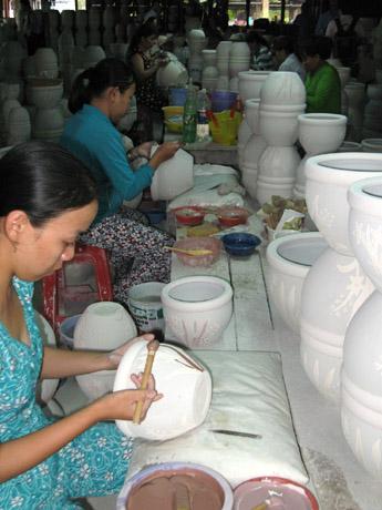 Làm gốm xuất khẩu ở Tân Phước Khánh.   Ảnh Xuân Ngọc