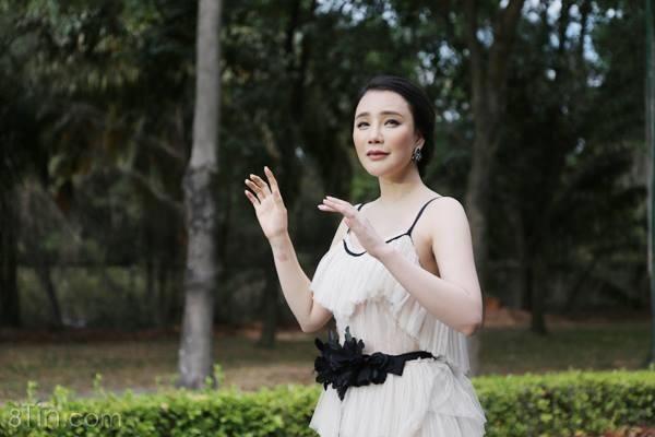 """Hồ Quỳnh Hương trở lại, giọng hát vẫn """"khủng khiếp"""" như ngày nào :)"""