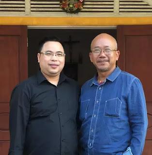 Hoạ sỹ Nguyễn Hưng chụp với linh mục Đặng Hữu Nam ở Nghệ An, Tháng 11/2018.