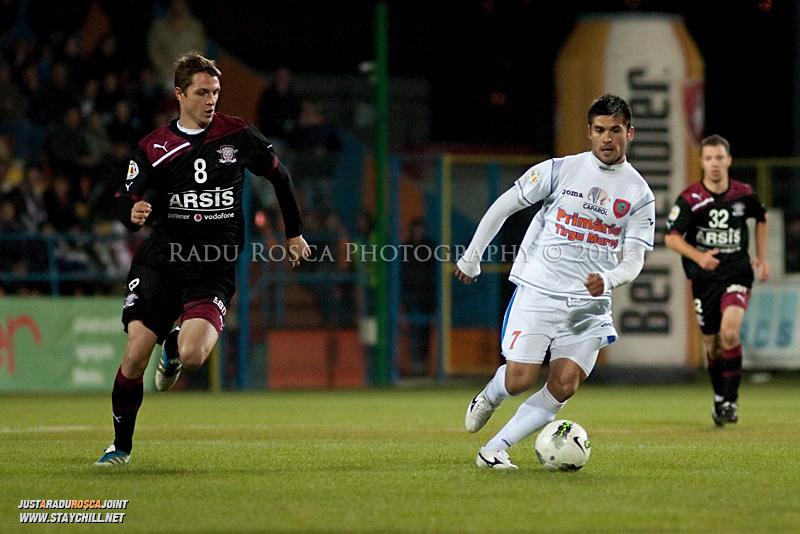 Razvan Paduretu de la FCM si Nicolae Grigorie de la Rapid se dueleaza in timpul meciului dintre FCM Tirgu Mures si FC Rapid Bucuresti din cadrul etapei a XIII-a a Ligii Profesioniste de Fotbal, disputat luni, 7 noiembrie 2011, pe stadionul Transil din Tirgu Mures.