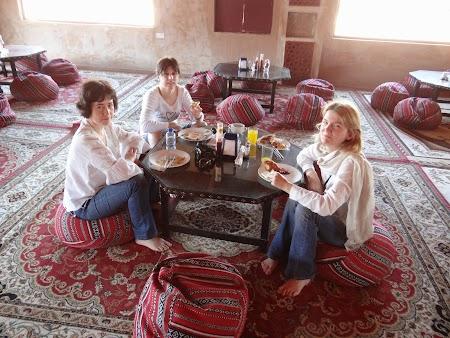02. Mic dejun in desert.JPG