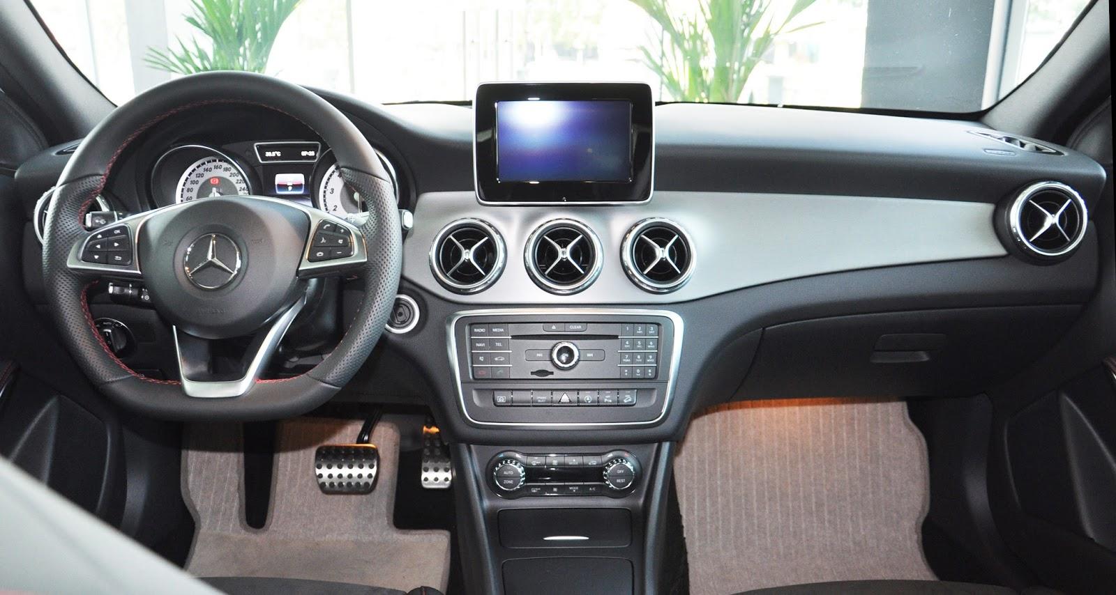 Nội thất xe Mercedes Benz GLA 250 4Matic màu trắng 01