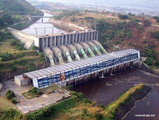 Vue aérienne du barrage hydroélectrique Inga 2 (SNEL). Sur cette photo: le canal, le barrage, les conduites forcées, et la centrale (2005)