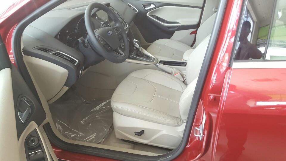 Nội thất xe ô tô Ford Focus 2018 màu đỏ 04