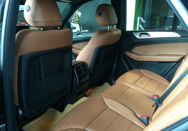 Nội thất xe Mercedes GLE 400 4Matic màu đen 08