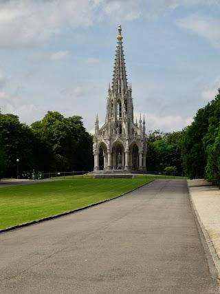 Parc public de Laeken avec le monument érigé à la mémoire de Léopold Ier