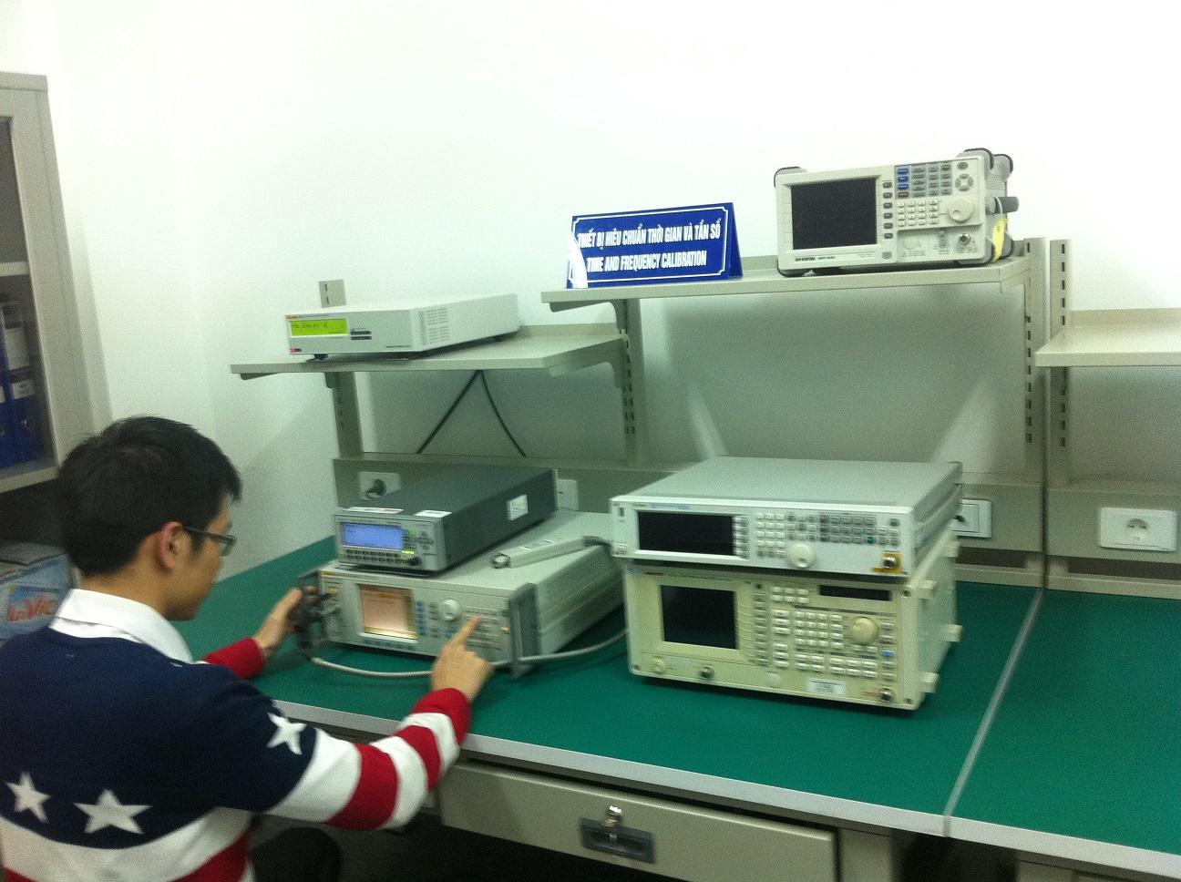 Khu vực hiệu chuẩn tần số thời gian với các nguồn chuẩn tuần số GPS, thiết bị phát, bộ đếm tần chuẩn.