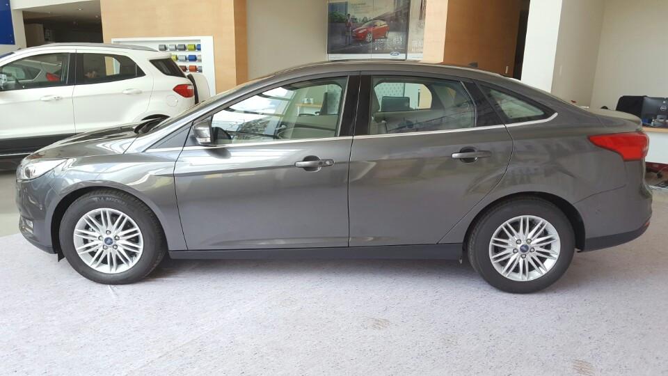 Xe Ford Focus 2018 phiên bản Titanium màu xám 04