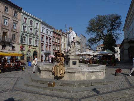 Obiective turistice Lvov: Piata primariei cu statuia lui Neptun