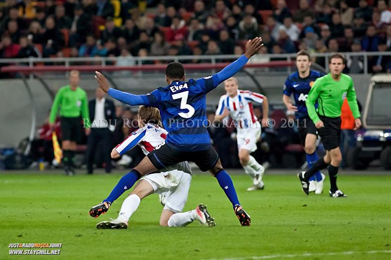 Patrice Evra (3) incearca sa-l deposedeze pe Liviu Antal in timpul meciului dintre FC Otelul Galati si Manchester United din cadrul UEFA Champions League disputat marti, 18 octombrie 2011 pe Arena Nationala din Bucuresti.