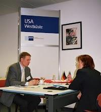 Steve Riedel im Beratungsgespräch beim Internationalen Außenwirtschaftstag in Magdeburg