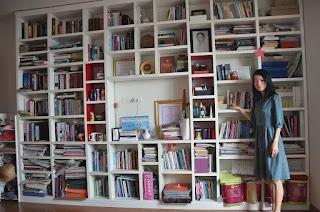 Dịch giả, nhà văn Bích Lan bên gia tài khổng lồ của mình là những cuốn sách.