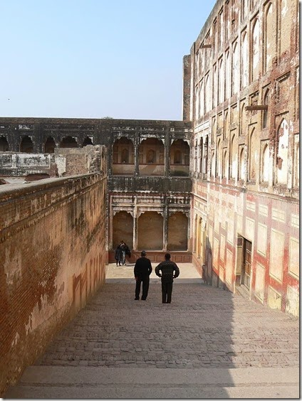 640px-Steps_within_the_Lahore_Fort