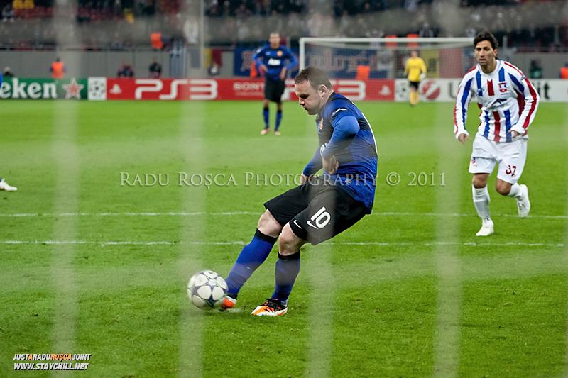 Wayne Rooney executa si transforma al doilea penalty in timpul meciului dintre FC Otelul Galati si Manchester United din cadrul UEFA Champions League disputat marti, 18 octombrie 2011 pe Arena Nationala din Bucuresti.