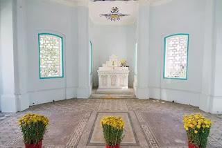 Mộ học giả Trương Vĩnh Ký ở giữa, vợ con hai bên là ba phiến đá lát phẳng với nền nhà mồ.