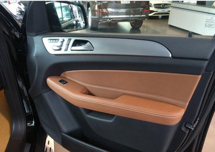 Nội thất xe Mercedes GLE 400 4Matic màu đen 05