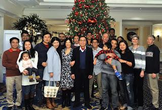 TS Võ Đình Tuấn bên cạnh các cộng sự, sinh viên và gia đình của mình.