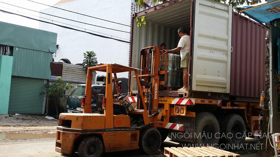 Ngói mầu INARI trên xe nâng hàng từ container vào kho