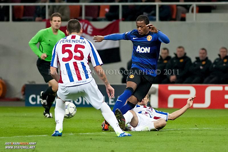 Patrice Evra (albastru) este deposedat de Ionut Neagu (26) in timpul meciului dintre FC Otelul Galati si Manchester United din cadrul UEFA Champions League disputat marti, 18 octombrie 2011 pe Arena Nationala din Bucuresti.