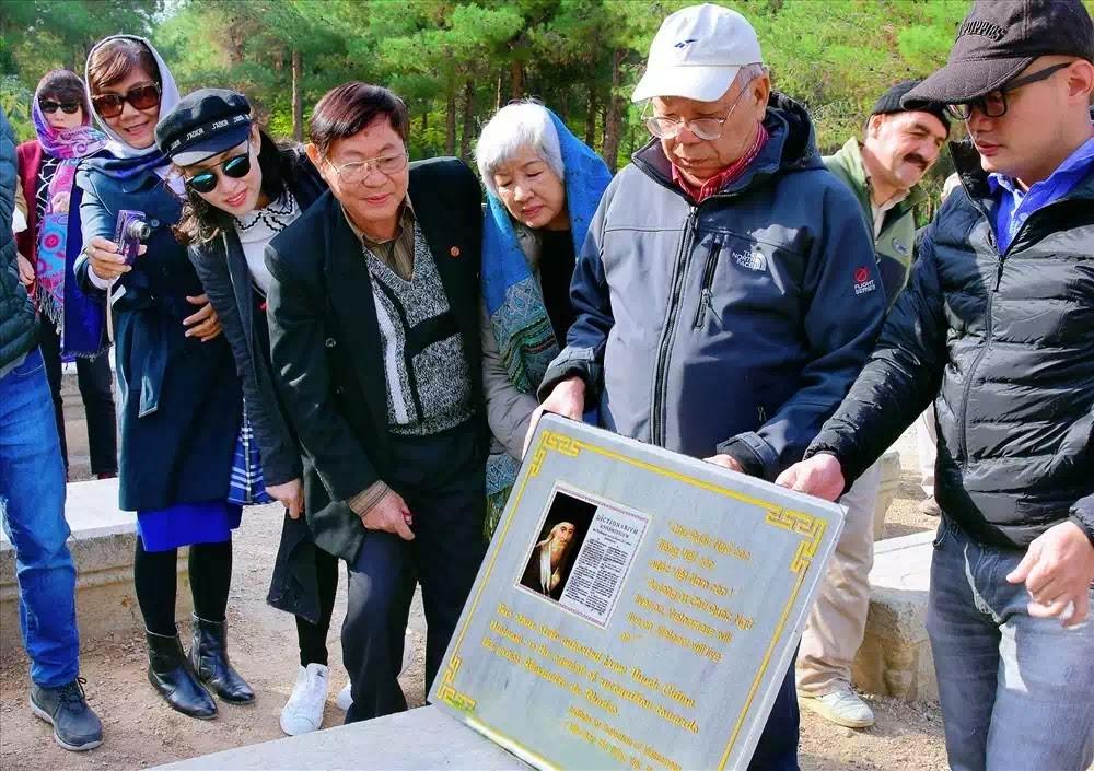 Bia mộ mới tri ân người tạo tác chữ quốc ngữ