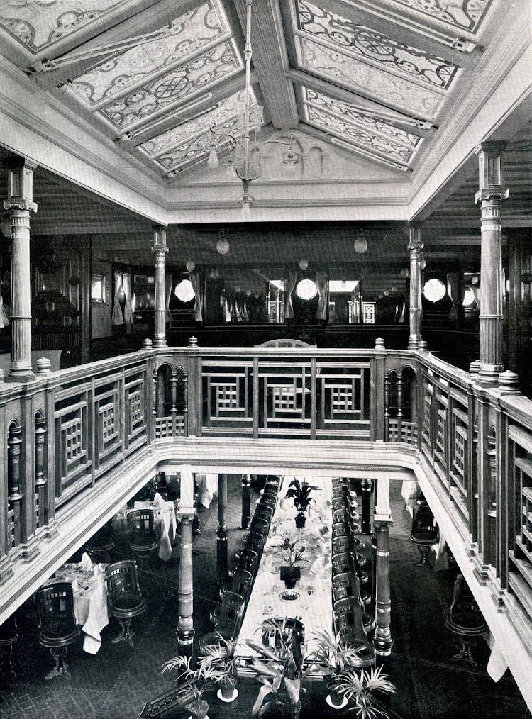 5-SS OCEANA. La catedral. En la cubierta baja se divisa el gran comedor. Foto del libro HAMBURG-AMERIKA LINIE. NORDLAND-FAHRTEN.jpg