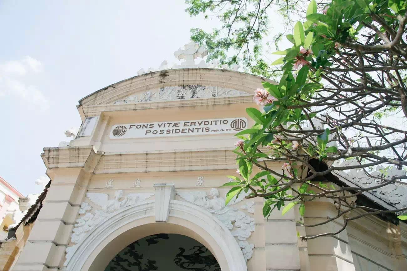"""Nhà mồ có ba cổng, phía trên đều khắc các câu Kinh Thánh bằng tiếng Latin. Cổng chính khắc dòng chữ """"Fons vitae eruditio possidentis"""" (Tri thức là nguồn sống cho ai sở hữu nó)."""