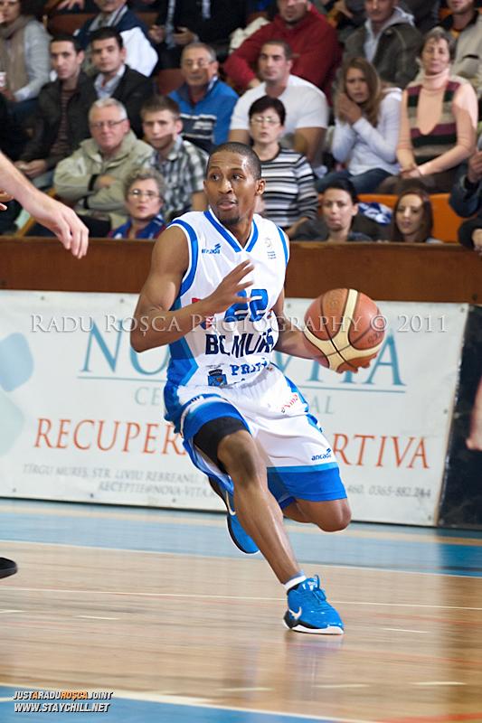 JuJuan Cooley in timpul  partidei dintre BC Mures Tirgu Mures si U Mobitelco Cluj-Napoca din cadrul etapei a sasea la baschet masculin, disputat in data de 3 noiembrie 2011 in Sala Sporturilor din Tirgu Mures.