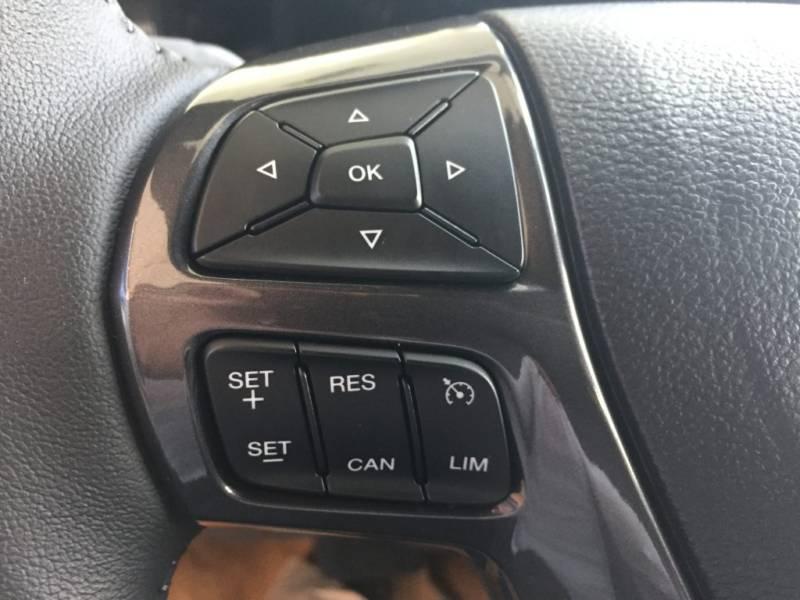 Nội thất xe Ford Everest 7 chỗ 2018 màu đen 05