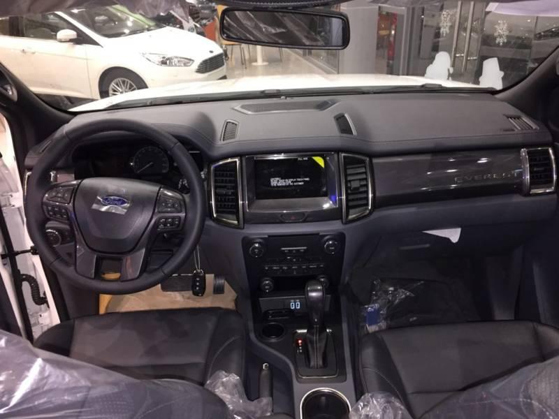 Nội thất xe Ford Everest 7 chỗ 2018 màu đen 01