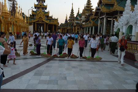 Imagini Myanmar: Maturatori la pagoda Shwedagon