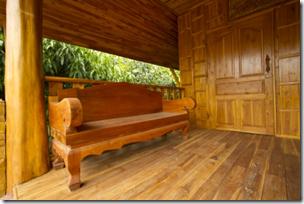 原木小屋门廊的照片