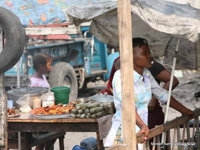 La chikwangue ou Kwanga (pain de manioc roui et moulé dans des feuilles puis cuit à l'eau), sur un étalage dans un marché municipal de Kinshasa. Ph. Myriam Asmani/Monusco, 2006.