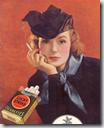 Una mujer fumando, símbolo absurdo de la liberación femenina., producto de la propaganda manipuladora.