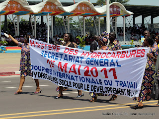 Des travailleurs du ministère des hydrocarbures de la RDC défilent ce 01/04/2011 à Kinshasa devant la tribune des officiels, lors de la célébration de la journée internationale de travail. Radio Okapi/Ph. John Bompengo